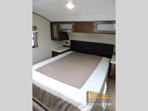 Prime Time Crusader Lite 30BH fifth wheel bedroom